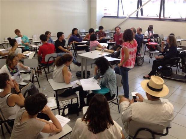 Debates no grupo que abordou o tema da Mobilidade a Pé. Foto: Du Dias
