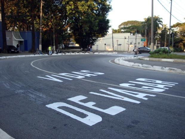 Devagar - Vidas. Alça da ponte da cidade universitária, Praça Arcipreste Anselmo de Oliveira. Foto Adriano Rangel para o Geocidade