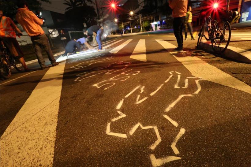 Corpos desenhados representam os 555 pedestres mortos de 2014. Em 2015 o número foi de 419. Foto: Fabio Myiata