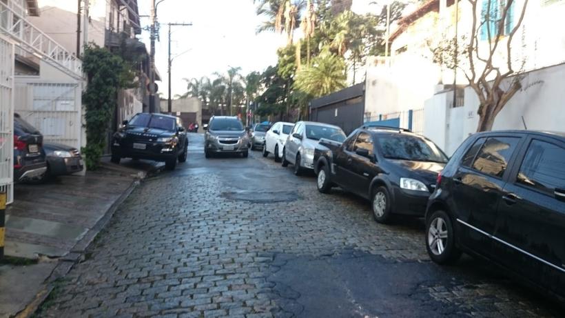 Carro estacionado na calçada. Foto: Andrew Oliveira